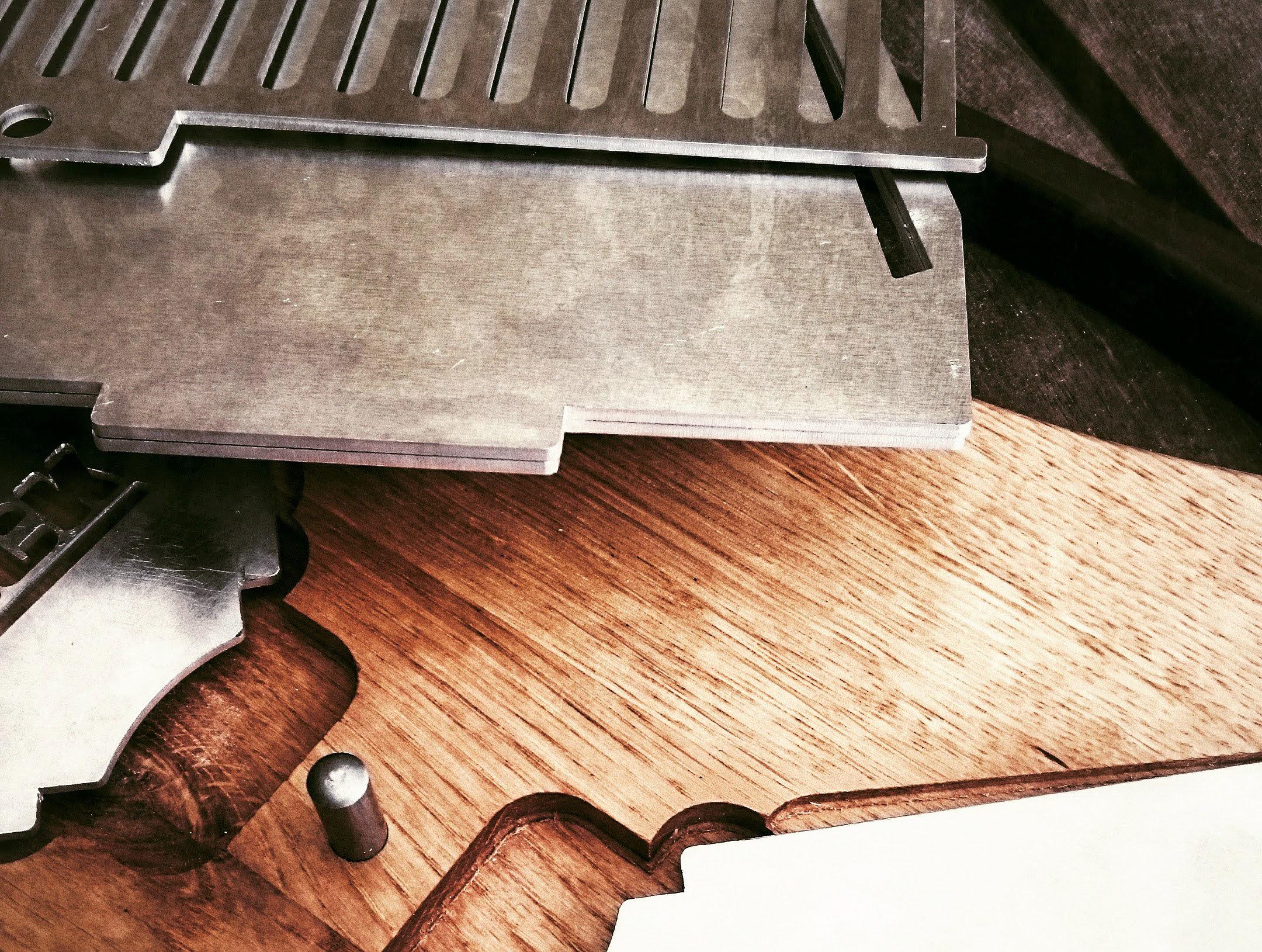 Edelstahlteile und Holzplatte