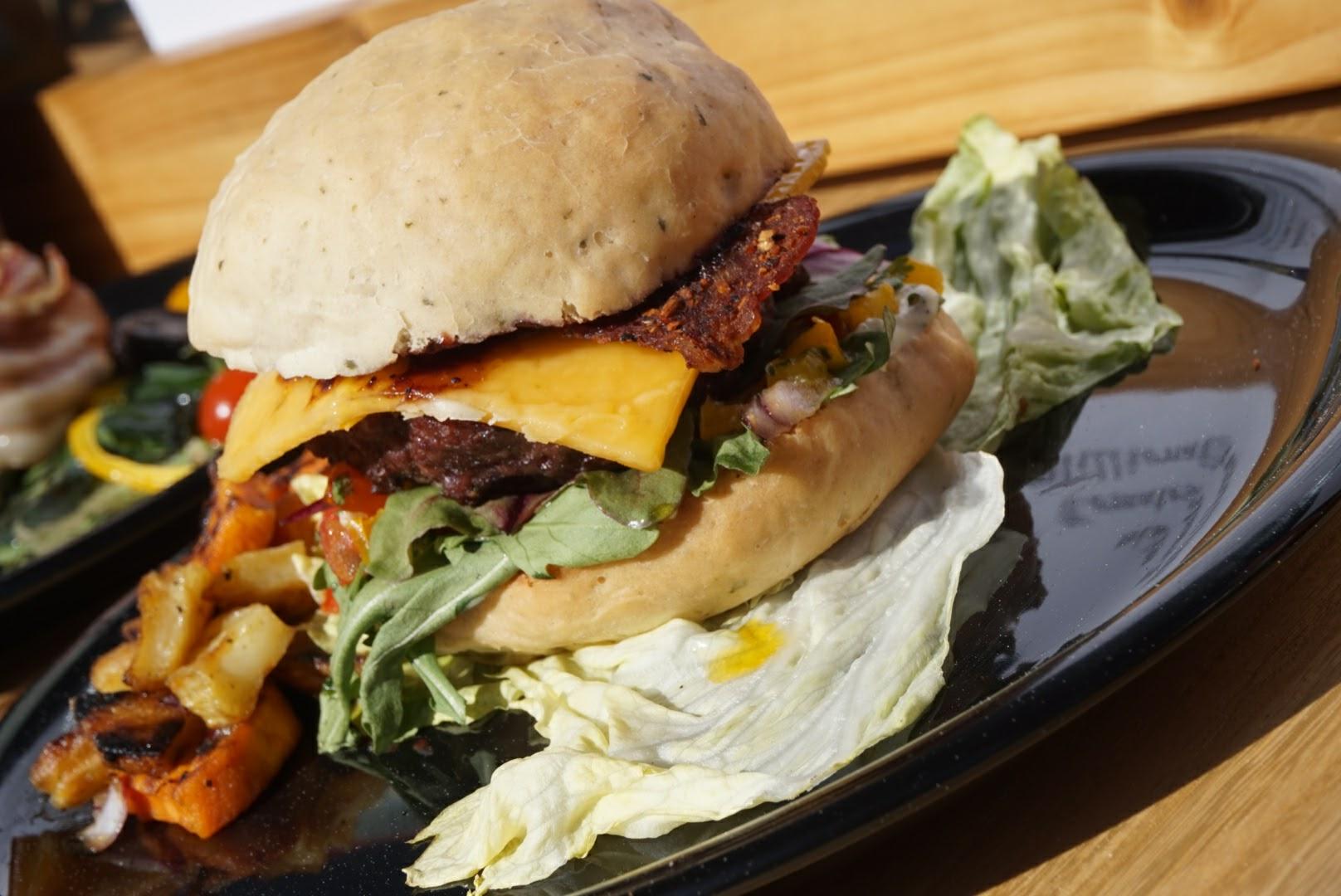 Burger mit frischer Tomatensalsa und Millionaire's Bacon